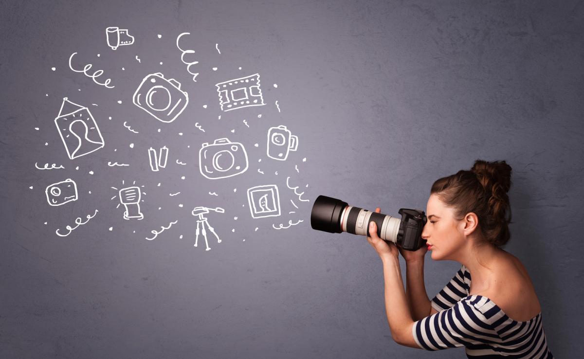 Eine Frau schaut durch den Sucher einer Kamera, Foto: 1&1